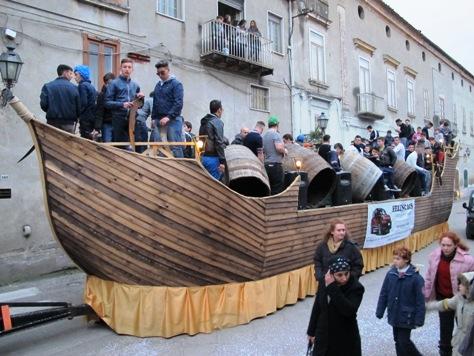 Il carro dei Bottari di Macerata Campania: oramai una tradizione nella sfilata a Santa Maria a Vico